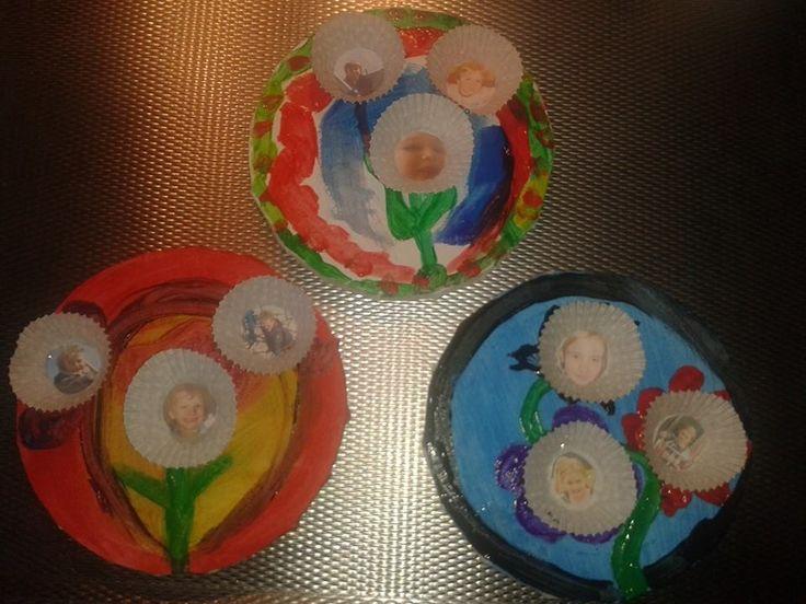 bloemen schilderen op doek, versieren met cupcake houders. met daarin een plakt een foto van u kind.