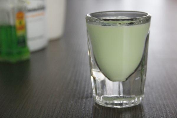 Bekijk De Hulk, het lekkere en sterke groene shotje hier op Cocktailicious.nl. Een combinatie van Pisang en Yoghurt likeur. Moet op je shotjes lijst staan!