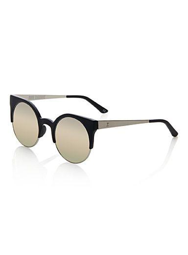 - De la collection australienne Supa Sundays chez Simons - La forme chat revisitée sous un design rétro pop pure mode - Verres teintés noirs et effet miroir - Protection UV 100%