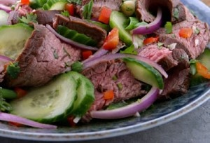 Favoriete salade bij de barbecue met vers gegrilde entrecote