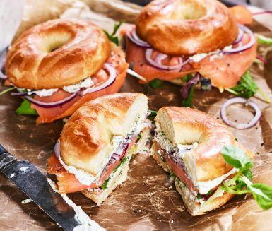 En klassisk bagel fylld med kallrökt lax och färskost. Den traditionella laxfyllningen får extra smak med sambal oelek och laxfavoriten dill. En fylld bagel är perfekt som lyxig picknickmat eller matig mellanmålsmörgås.