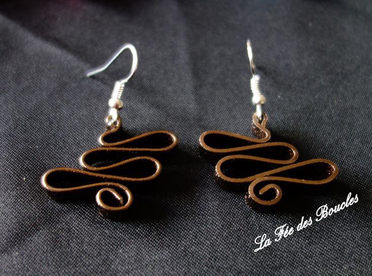 Boucles d'oreille courbées, torsadées et striées en fil aluminium Marron : Boucles d'oreille par feedesboucles