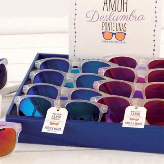 Para que a tus invitados no les deslumbre vuestro amor, regálales como #detalledeboda estas chulísimas gafas de sol de espejo... estarán a la última!!