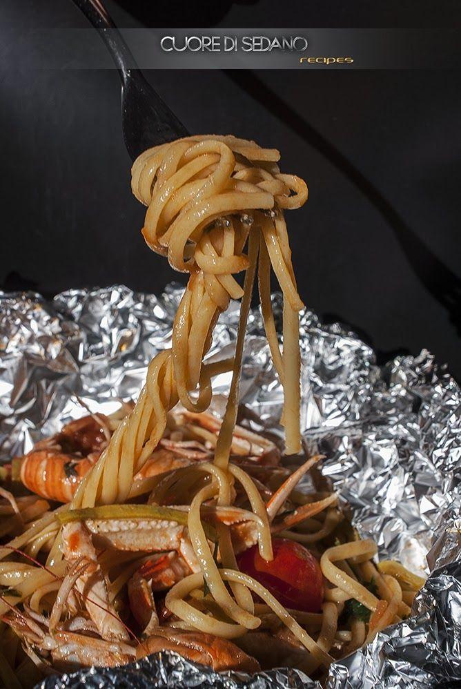 Linguine al cartoccio con scampi, zucchine e pomodorini - Una deliziosa ricetta per una cottura del pesce al vapore in grado di esaltare tutte le sfumature dei sapori degli alimenti, anche dal punto di vista nutrizionale. - https://www.facebook.com/pages/Cuore-di-Sedano/239952602719127