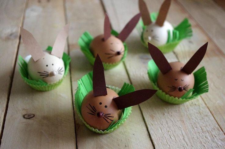 Velikonoční zajíčci z vajíček - Hnědá vajíčka jsme jednoduše ozdobili černým fixem, přilepili uši z papíru a korálek jako nos. ( DIY, Hobby, Crafts, Homemade, Handmade, Creative, Ideas)