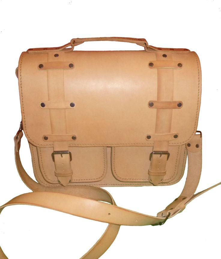 Мужской портфель из чепрака растительного дубления, естественного цвета. Полностью ручная работа. Прошит седельным швом вощеной нитью. Имеет 1 отделение и 2 кармана.