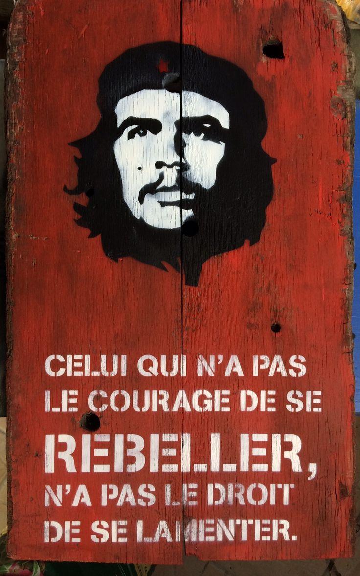 Che Guevara Citation en pochoir sur pont de bateau format 40x70 cm Celui qui n'a pas le courage de se rebeller n'a pas le droit de se lamenter. Contact: mathieucreation@yahoo.com