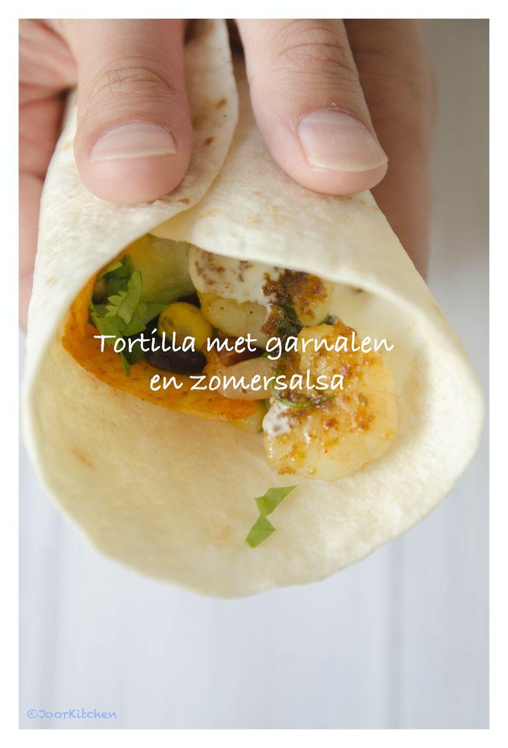 Tortilla's met garnalen en zomerse salsa van avocado, mais, zwarte bonen en limoen. Pittig, lekker en zo gemaakt!