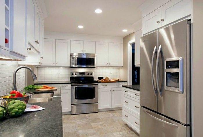 glänzende Küche mit LED Lichtern, Kühlschrank mit Eiswürfelbereiter, viege Gemüse