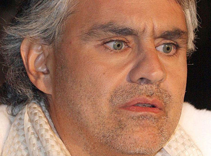 Andrea Bocelli 22-09-1958 Italiaanse tenor, die zowel klassieke als populaire muziek zingt. Tevens zingt hij in enkele opera's, en is hij een producer.  Andrea Bocelli leed vanaf zijn geboorte aan de oogziekte glaucoom. Op twaalfjarige leeftijd werd hij na een ongeluk met een voetbal geheel blind, tot dat moment kon hij nog een beetje met zijn rechteroog zien. https://youtu.be/ciawICBvQoE?t=4