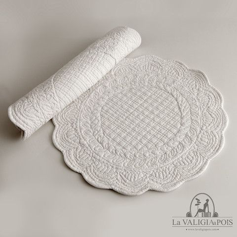 Coppia di tovagliette tonde in cotone 100, bianche da entrambi i lati.
