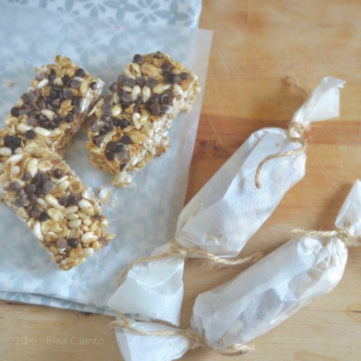 Queste barrette ai cereali fatte in casa (homemade) si preparano in pochi minuti e contengono solo ingredienti sani. Ricetta facile, veloce e versatile.