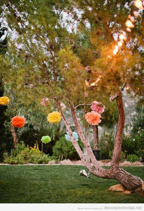 Ideas baratas y sencillas para decorar una boda en jardín con pompones de papel