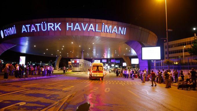 Selain Lancarkan Serangan Bom di Bandara Istanbul Pelaku Tembaki Orang di Depannya  ISTANBUL (SALAM-ONLINE): Paul Roos (77) mengaku menyaksikan salah satu pria dari ketiga penyerang bom bunuh diri ke Bandara Istanbul di Turki Selasa (28/6) malam waktu setempat atau Rabu (29/6) WIB dini hari menembak secara acak di aula keberangkatan bandara itu.  Dia menembaki siapa pun yang berada di depannya. Dia mengenakan pakaian serba hitam. Wajahnya tak ditutupi apa-apa. Saya berada 50 meter dari dia…