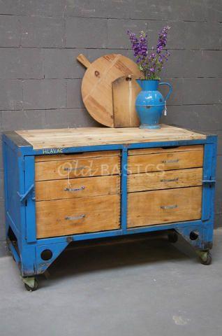 Dressoir 10167 - Oude dressoir op wieltjes. Dit stoere meubel bestaat uit hout en ijzer. In de houten lades zit veel opbergruimte. Voor de l(i)efhebber!