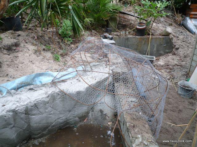 Etape 1 faux rocher mise en place de la structure faux for Decor rocher piscine