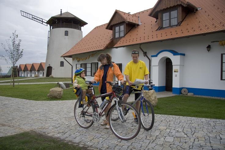 Bukovanský mlýn stojí na trase vinařské cyklostezky Kyjovska.