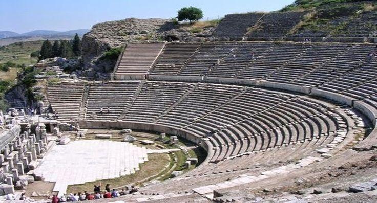 Selçuk Efes, Ege Denizi kıyısında yer alan, İzmir'in yaklaşık olarak 70 km. güneyinde bulunan, tarihi ve doğal açıdan olağanüstü güzelliklere ve zenginliklere sahip İzmir'e bağlı turistik bir ilçe. İlçe arkeoloji, tarih, din ve kültür açısından sadece ülkemizin değil, dünyanın en önemli merkezlerinden biri.  Selçuk zengin tarihi boyunca farklı din ve kültürleri buluşturmuş olan ve hala buluşturmaya devam eden en ilgi çekici ilçelerden. Bugün eski çağlardan g