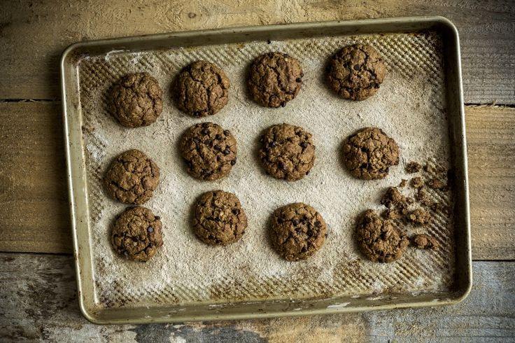 Biscuits veganes chocolat, avoine, beurre de noix de grenoble. http://antidotesmagazine.com/2015/12/biscuits-vegan-sans-gluten-chocolat-millet/
