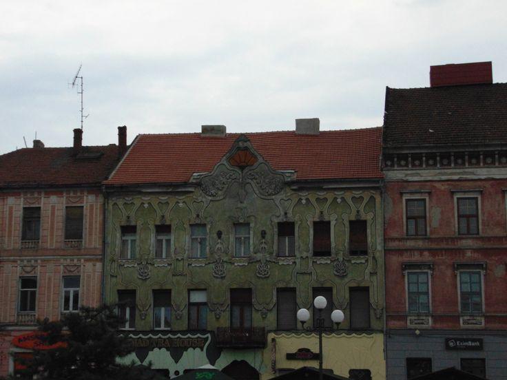 În călătoria mea din vestul României am descoperit și Aradul, așa-numitul oraș de pe Mureș, un loc plin de cultură. Prima clădire pe care o vezi când ajungi în Arad este clădirea Gării, o clădire i…