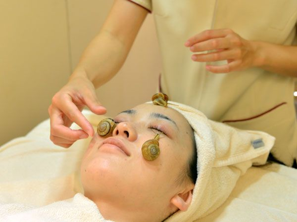 Schnecken gegen Falten? Japanische Frauen schwören darauf und lassen bei ihrem Besuch im Beauty-Salon Schnecken über ihr Gesicht