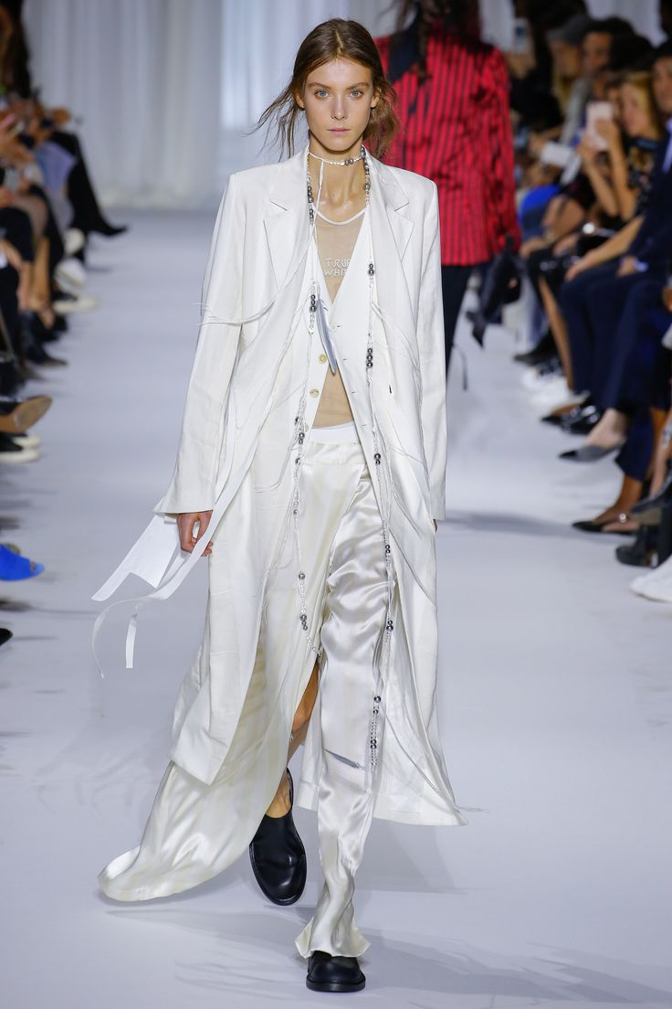 See the complete Ann Demeulemeester Spring 2017 Ready-to-Wear collection.