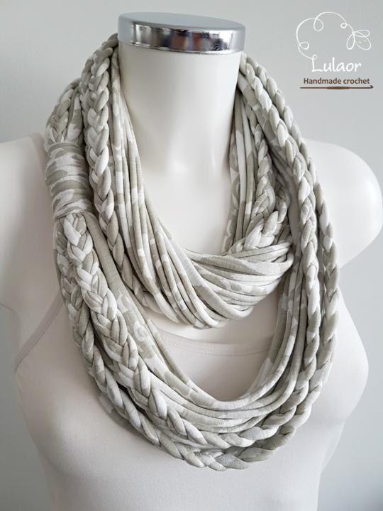 Handgemaakte t-shirt oneindigheid sjaal. Gemaakt van hoge kwaliteit grijs en wit katoenen stoffen. De sjaal is zeer zacht en comfortabel om te dragen. Kan lang of gevouwen worden gedragen. Voor het reinigen, wassen met de hand of op een zacht programma in een wasmachine en natuurlijk drogen. Afmeting: ca. 27.5 lange Alle grote sjaals in mijn winkel kunnen mager worden gemaakt. Dus, als er een grote sjaal is u wilt, aarzel dan niet om contact met mij en ik zal meer dan blij om het voor u ...