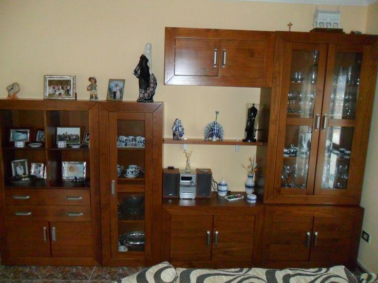 Composición modular en madera de pino, de corte más bien clásico, con líneas rectas y amplios espacios de almacenaje.