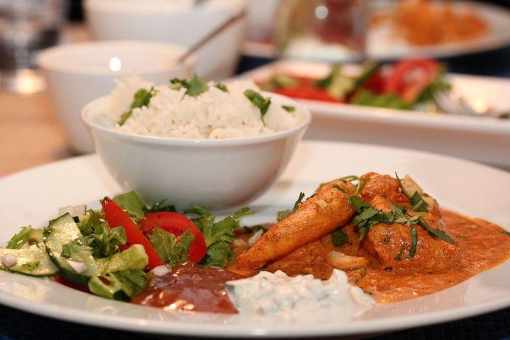 """Det indiske kjøkken har mye godt å by på. Jeg synes imidlertid det kan være vanskelig å finne gode oppskrifter, men takket være tips fra en god venninne fant jeg denne  gode oppskriften på kylling tikka masala. Oppskriften er hentet fra NRKs """"Matlyst"""" og kokken er Niru Kumra. Her er oppskriften med det tilbehøret jeg serverte til."""