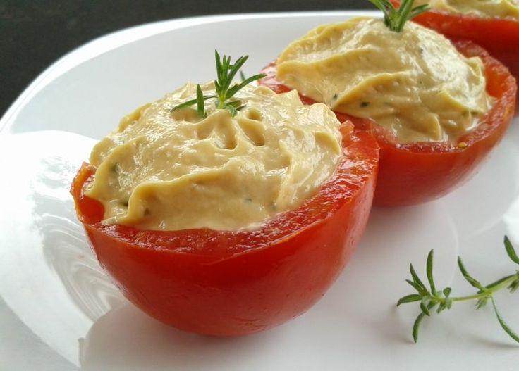 I pomodori freddi ripieni di tonno sono un antipasto fresco e semplice da preparare, perfetto per il periodo estivo o per un buffet.
