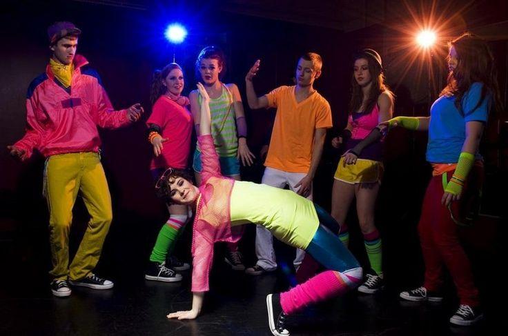 80er-Mottoparty-Outfit-Ideen-bunt-gestalten-rosa-Netztop-Neongelb-Top-Leggings