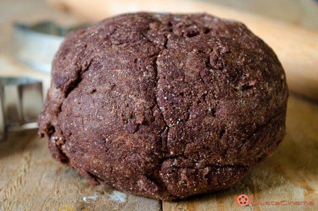 Pasta frolla al cacao è un impasto base per preparare biscotti, crostate e tante altre ricette.