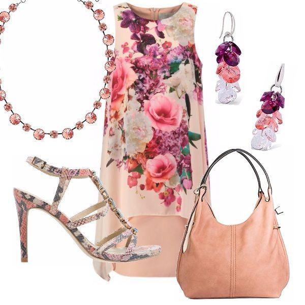 Abito di linea diritta, smanicato, scollo tondo, di linea asimmetrica, color carne in una romanticissima fantasia floreale. Sandalo con tacco a stiletto con dettagli di perle. Borsa con manici color carne, accessori coordinati.