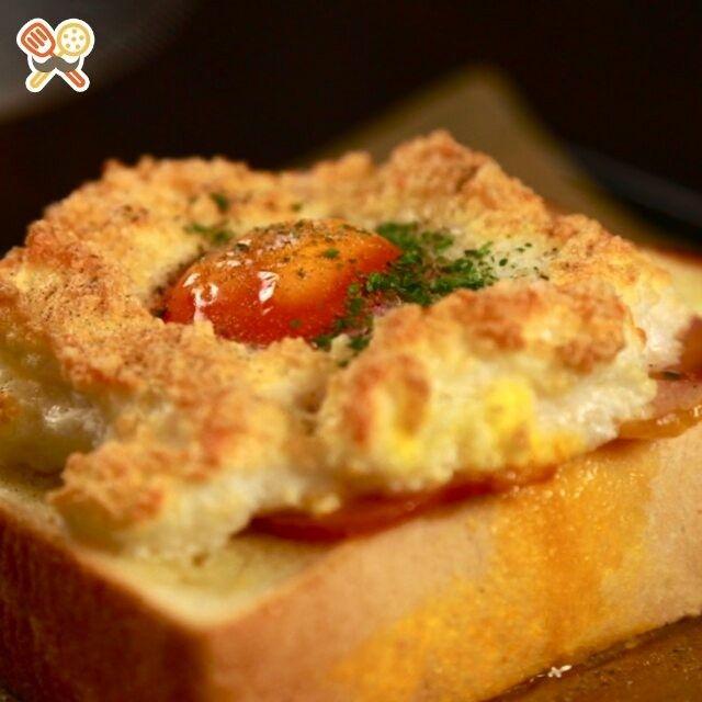 もくもく雲が可愛い♡エッグインクラウド 元気の出る朝食です♪  いつも #もぐー をありがとうございます♡ みなさん!GWはどこかへ行きましたか?  レシピにチャレンジしてくれた方は #もぐー のタグをつけて教えてくださいね♪  材料 1人分 ・食パン 1枚 ・卵 1個 ・ベーコン 2枚 ・バター 適量 ・粉チーズ 適量 ・塩 ひとつまみ ・こしょう 少々 ・ドライパセリ 適量  作り方 1.卵を白身と黄身に分ける。 2.メレンゲを作る。 3.メレンゲに粉チーズを加え混ぜる。 4.パンにバターを薄く塗り、その上にベーコンをのせる。 5.4の上に3をのせ、中央に黄身をのせる。 6.230℃のオーブンで約5分焼く。 7.塩、こしょう、ドライパセリを振りかけて完成!  #もぐー #love #food #instagood #instafood #yummy #delicious #おうちごはん #おいしい #料理 #ご飯 #手料理