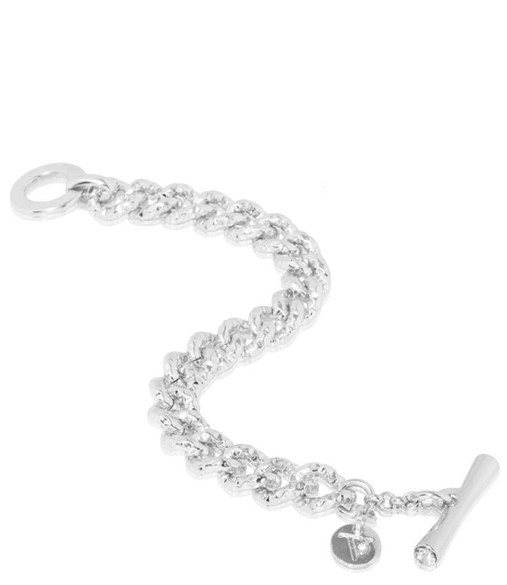 Een tijdloze elegante armband van TOV Essentials. De armband heeft een klein bedeltje met TOV logo en een t-bar sluiting met twee glazen strassteentjes aan beide kanten. De verzilverde schakelarmband is handgemaakt in Florence.