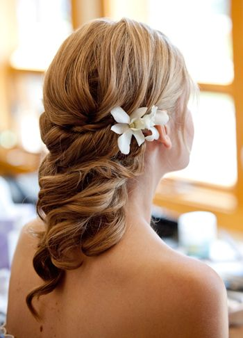 Gorgeous bridal hair with fresh flower accents. #novia #vestido #boda