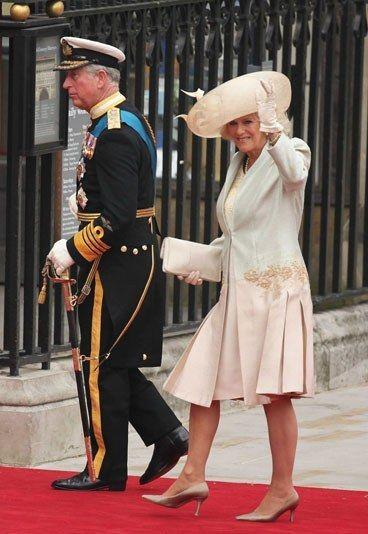 Prince Charles und Camilla - Kate William Hochzeitsbilder - Hier sehen wir Prinz Charles und seine Frau Camilla, die Herzogin von Cornwall, auf dem Weg zum Traugottesdienst. Nun ist William verheiratet, und mit Sicherheit hätte Prinz Charles sich gefreut...