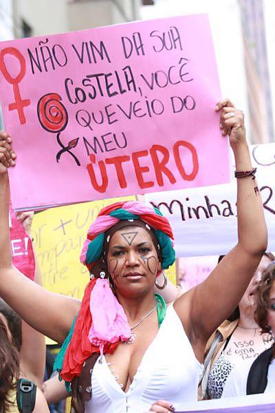 """Folha.com - Tec - Facebook bloqueia usuárias que aparecem seminuas em fotos da Marcha das Vadias - 30/05/2012 - """"I didn't come from your rib, you came from my uterus"""" Slutwalk São Paulo, 26 May 2012"""