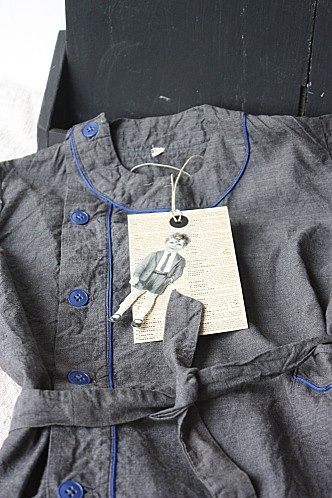 """Jusque dans les années 60, les écoliers portaient tous une blouse pour aller à l'école. Les poches étaient une mine  à """"trésors"""" en tout genre: joli caillou, petits mots des copains, bout de crayon, billes... Toujours d'actualité dans notre pays! Rose pour les filles et bleu pour les garçons"""