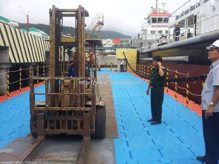 Floating Dock in Danag City, Vietnam. 베트남 다낭에 설치된 넥스트플로트 수상작업장입니다.