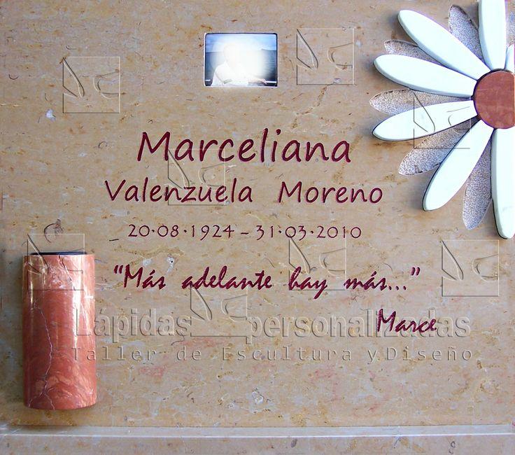 Lapida de diseño de tonos alegres y muy mediterráneos.