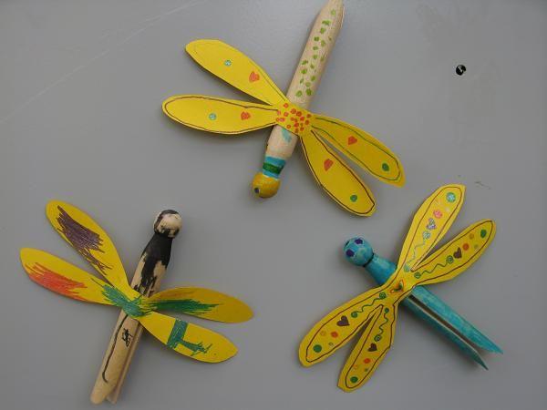 Y otro uso de las prensas de ropa antiguas: cuerpos de libélulas . . . y podrían ser de mariposas también