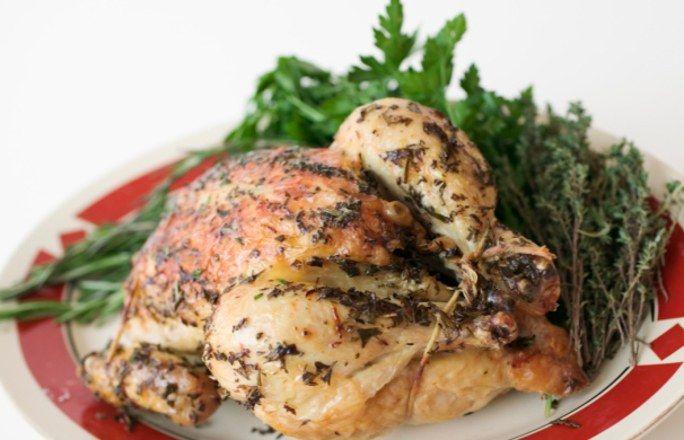 """Kurczak z rożna z piekarnika z marynatą do kurczaka wg Gessler - Kurczak z rożna przyrządzony domowym sposobem (pieczony w piekarniku) to nasza intepretacja kurczaka przygotowywanego w """"Barze Zigi"""" w Kościerzynie na Kaszubach. Magda Gessler..."""