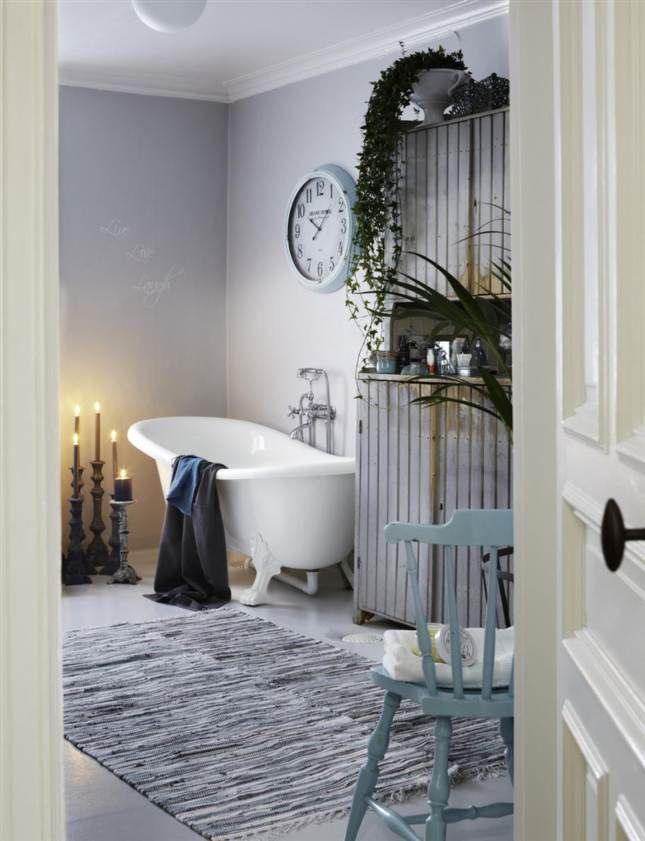 Mysigt lantligt badrum i grå toner & kakelugn | Leva & bo | Expressen