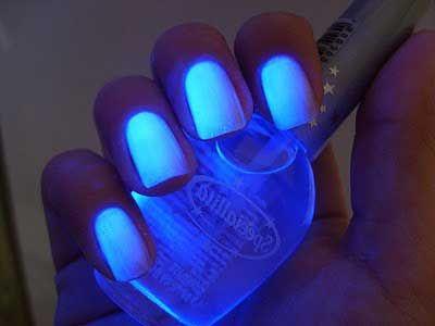 unhas com esmaltes neon azul                                                                                                                                                                                 Mais