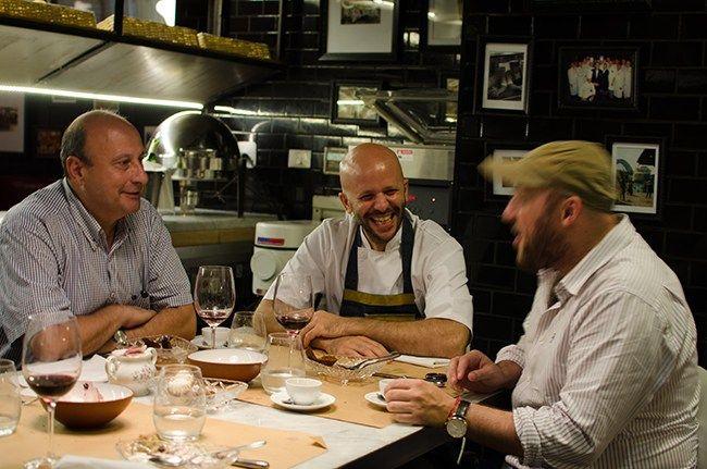 """Cuando su amigo Javier Ickowicz le propuso abrir un restaurante judío,Tomas Kalika le contestó que era una locura. Un año después, Tomás ocupa la cabecera de la """"chef's table"""" (""""mesa del chef""""), y mientras prepara algunos platos, detalla la carta de su nuevo restaurante, que no por casualidad se llama Mishiguene (""""loco"""" en idish). En …"""