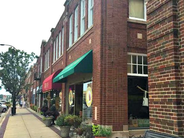 6 Walkable Downtowns in the Chicago Suburbs!