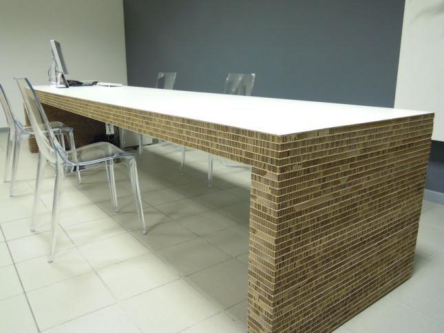 длинный стол из сотового картона. Преимущества стола в том что он будет весить столько же сколько и обычный стол, а по прочности не будет уступать деревянному.