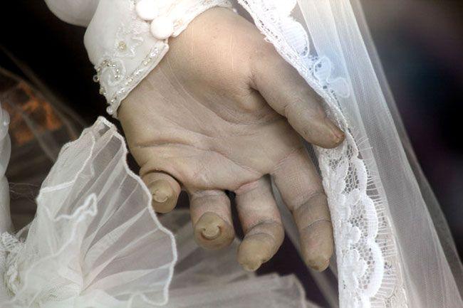 La mano sinistra de La Pascualita, la sposa cadavere imbalsamata utilizzata come manichino nel negozio La Popular di Chihuahua in Messico. #pascualita #sposa #cadavere