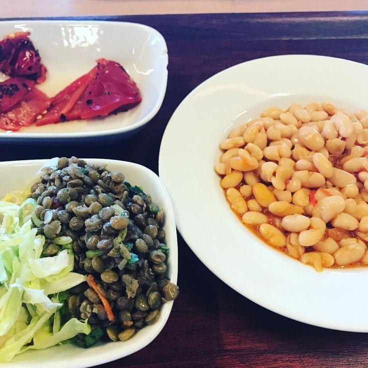 """16 Likes, 2 Comments - Clean.Eating.101 (@clean.eating.101) on Instagram: """"Kuru fasülye, közlenmiş kırmızı biber, mercimek salatası ve mevsim salatası. Kadraja sığdığı…"""""""